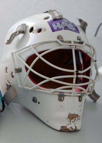 Moderní, v současnosti používaná  celohlavová ochrana hlavy, která spojuje výhody helmy a masky v be